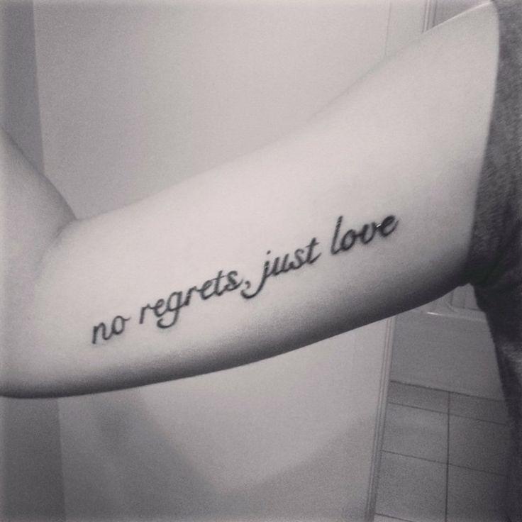 """Una de nuestras seguidoras en Instagram nos manda este pequeño tatuaje en el bícep que dice """"no regrets, just love"""" (en español """"ningún arrepentimiento, sólo amor""""."""