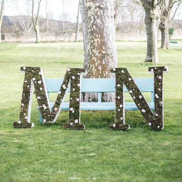 3 Letras de cartón craft grandes con musgo y margaritas de 1m de alto. Perfectas para el día de tu boda y realizadas a mano.
