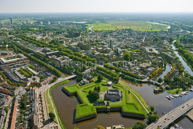 's Hertogenbosch, Nederland, 27 aug 2014.De Citadel en de Zuid Willemsvaart traverse met de aansluiting op de Wieze. Met de Aanleg van het Maximakanaal aan de oostzijde van 's Hertogenbosch komt een einde aan het grote scheepvaartverkeer dat dwars door de stad vaart..foto: Marco van Middelkoop/Aerophoto-Schiphol