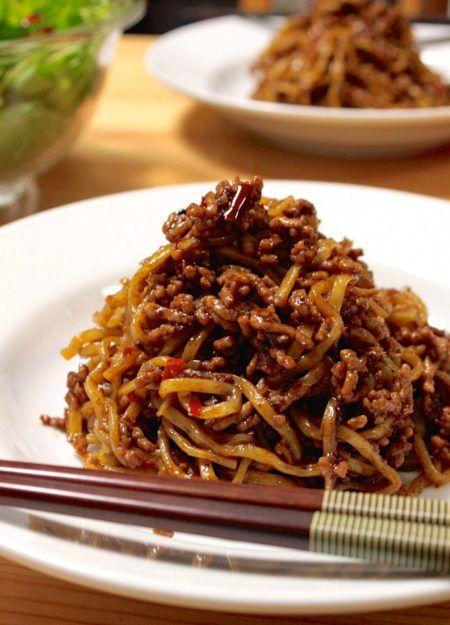 【夏のカンタン辛うま麺!】高野豆腐ミンチを使った『汁なし肉みそ麺』のレシピ。 【材料】(2人前) ・中華麺(またはそうめんやうどん、米粉麺、ビーフンなどお好きな麺) 2玉 ・高野豆腐 大2個(通常の豚ひき肉で作る場合は100〜150g) ・(A)ねぎのみじん切り 大1/2本分 ・(A)生姜のみじん切り 1片分 ・(A)にんにくのみじん切り 1〜2片分 ・(A)ごま油 大さじ2 ・(A)豆板醤 小さじ1〜激辛までお好みで! ・(B)八丁味噌(なければ普通の味噌でOK)大さじ1 ・(B)みりん 大さじ1 ・(B)酒 大さじ1 ・(B)あれば豆豉(刻む。醤油麹で代用可。なくてもOK) 大さじ1 ・(B)醤油 小さじ1〜味をみて調整 【作り方】 1、高野豆腐を水で戻し、フープロにかけてミンチ状にする。 もしくは包丁で細かいみじん切りにする。 2、フライパンに(A)のごま油、ねぎ、生姜、にんにく、豆板醤を入れてから火にかける。 3、次第に豆板醤やねぎ・ニンニクがじくじくしてきます。 全体から香ばしい香りがたって、油が真っ赤になるまで火を通す。…