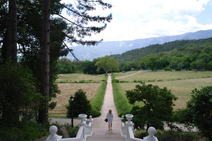 Когда будете в ялтинских дворцах, не забудьте прогуляться по их паркам. Вас ждут потрясающие виды :) #экскурсия по #ялте #массандра
