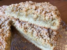 La torta sbriciolata alle mele è una variante della classica torta di mele, una profumatissima crostata con ripieno di mele e cannella.