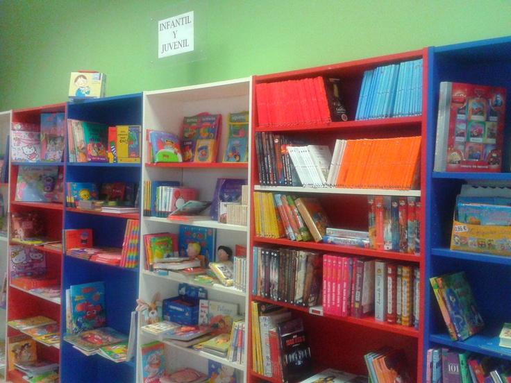 Sección infantil con una gran variedad de libros, para todas las edades e idiomas