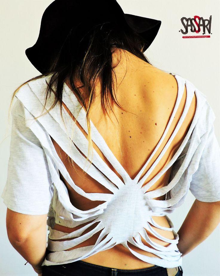 Polera gris melange. Delantero estampado Sassari color rosa flúor. Y Sexy diseño en la espalda.  Diseño Exclusivo. HAND MADE Colección Limitada Valor: $12.900