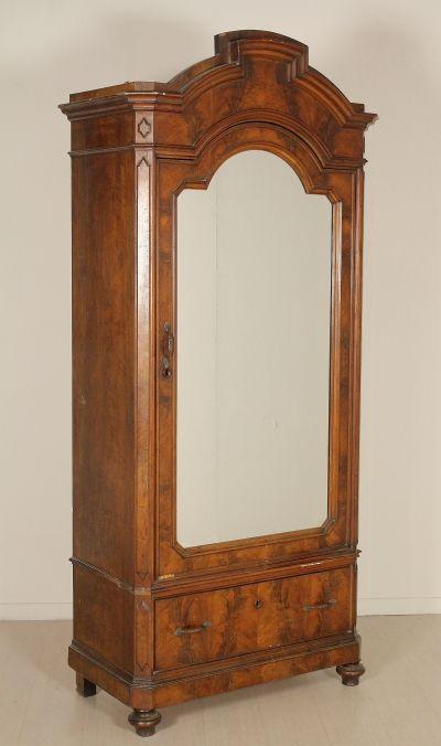 Anta sagomata con specchio e cassetto. Fronte in piuma di noce.