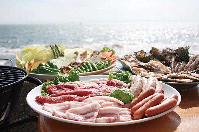 まるは 食材  ●知多の恵セット 1人4320円 知多牛、知多産豚、サザエ、大アサリ、季節の一品(2品)、野菜、クロワッサンなど  ●知多の光セット 1人5400円 食材:知多牛肩ロースステーキ、知多牛、知多産豚、サザエ、大アサリ、季節の一品(2品)、野菜、クロワッサンなど  ※ほかに「レディースセット」1人4320円、「キッズセット」1人2700円など。知多牛のステーキ、伊勢エビ姿焼き、ムール貝、丸干し干物(イワシ)など単品メニューも充実