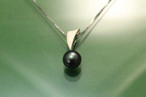 タヒチ黒蝶真珠(9mm珠)のSV925ペンダントネックレスです。ペンダントトップのサイズは21.5mm×9.3mm×9.5mmチェーン...|ハンドメイド、手作り、手仕事品の通販・販売・購入ならCreema。