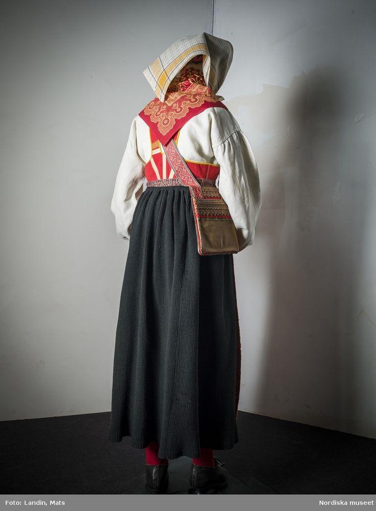 Rödmagd förkläde, kvinnlig dräkt, Mora i Dalarna, 1800-talets mitt. Sweden
