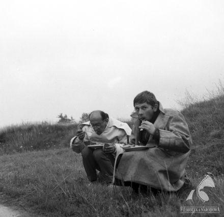 """Roman Polański (right) and Jerzy Lipman (cinematographer) - werk (""""Nóż w wodzie"""", 1961)."""