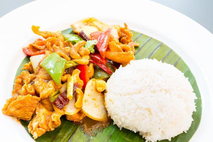 """Lækker og mild thai ret med kylling og cashewnødder. Perfekt til folk med sarte maver, eller når du har brug for en pause fra den stærke mad. Velbekomme!"""""""