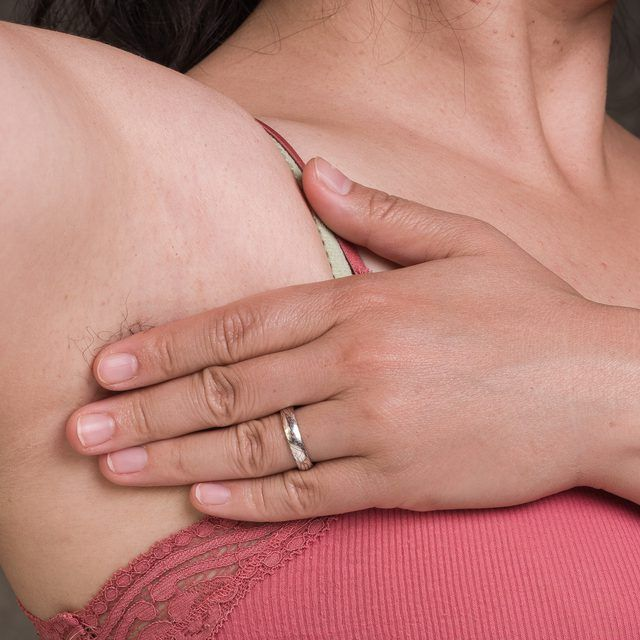 How to Relieve Clogged Sweat Glands in the Armpit