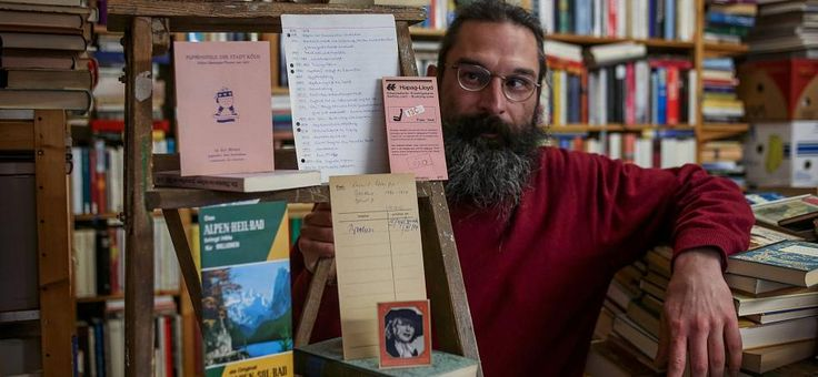 Christoph Wilde verkauft antiquarische Bücher und sammelt die Dinge, die als Lesezeichen in den Büchern zurückgeblieben sind: Kinokarten, Flugtickets, Ansichtskarten, Sammelbilder, Notizzettel - und noch einiges mehr.