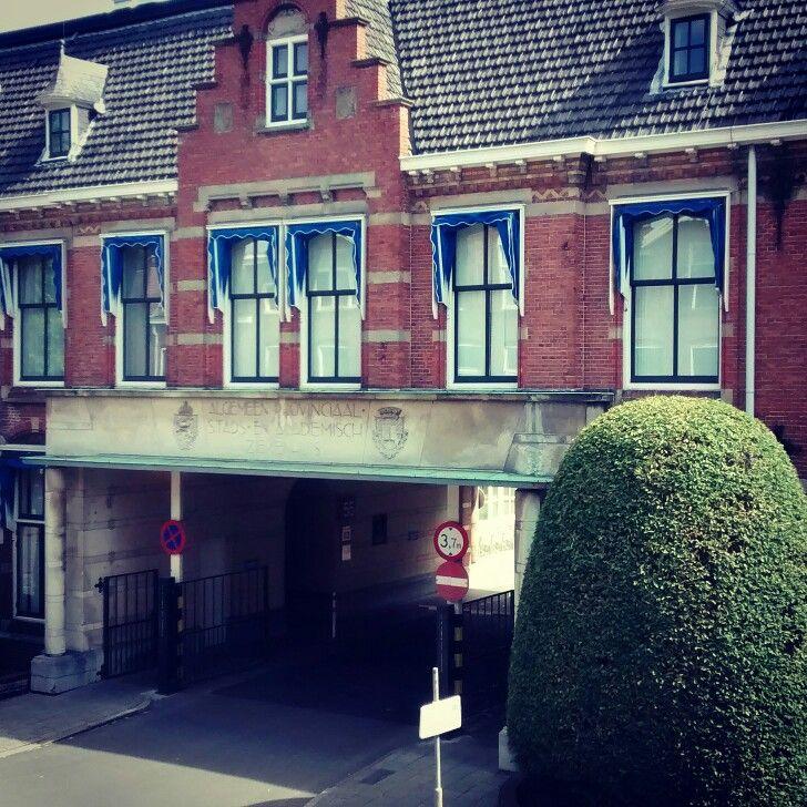 Oude hoofdingang AZG, thans toegang tot een beperkte personeelsparking en de Oostersingelingang/-uitgang van het UMCG