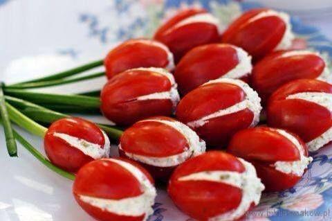 Tomate cereja recheado em formato de tulipas: