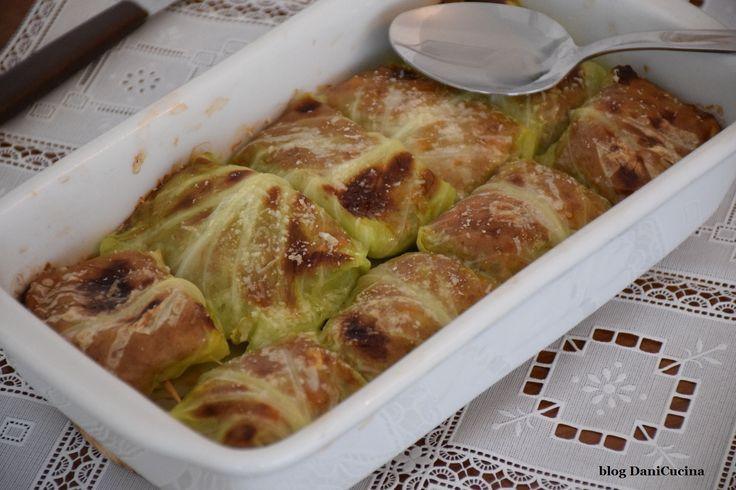 Gli Involtini di verza con carne macinata sono un goloso antipasto o un ricco secondo piatto. Si tratta di foglie di verza farcite con composto di carne.