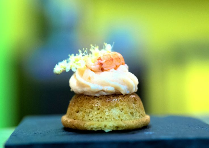 Sablé à la reine des prés et mousse de saumon. Une préparation originale et esthétique pour mettre en valeur la reine des prés, une plantes à la saveur douce et caractéristique