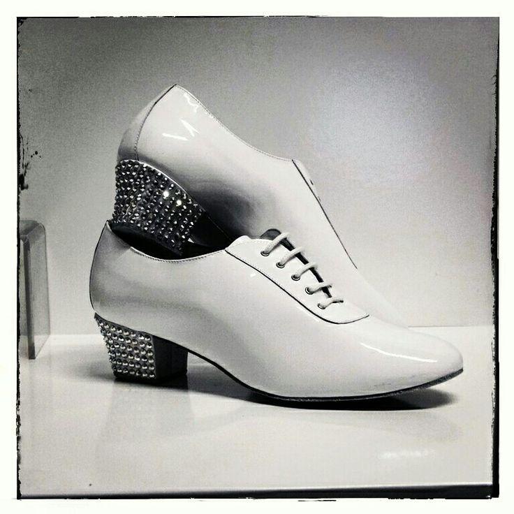 Scarpe latino uomo in vernice bianca con tacco decorato con strass #stepbystep #scarpedaballo #danceshoes #sandali #salsa #bachata #sandal #rhinestones #latinshoes  #latin #strass