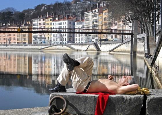 Derbad Ahmed ottaa aurinkoa työpäivän jälkeen Saônen vasemmalla rannalla. Lue artikkeli ihanan kliseisestä Lyonista klikkaamalla kuvaa. Kuva: Nikolai Jakobsen