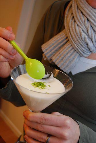Testa denna syrliga och alldeles underbara Limemousse. Receptet räcker till 8 personer. Blötlägg 2 gelatinblad i kallt vatten i några minuter tills de är mjuka. Riv skalet från 4 lime och pressa saften ur dem (blir ca 1½ dl) och tillsätt … Läs mer →