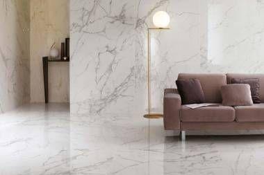 Larges dalles en grès cérame inspirées au marbre pour des espaces résidentiels