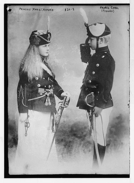 Carol (viitorul Carol II) şi Elisabeta (viitoarea regină a Greciei), primii doi născuţi ai Principilor de coroană Frerdinand şi Maria.