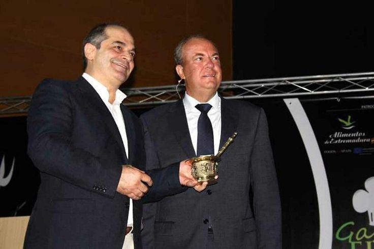 ¡Estamos muy orgullosos de Manolo! Nuestro cocinero ha recibido hoy el premio Almirez en #FIAL http://ow.ly/i/6XUpb ¡Enhorabuena!