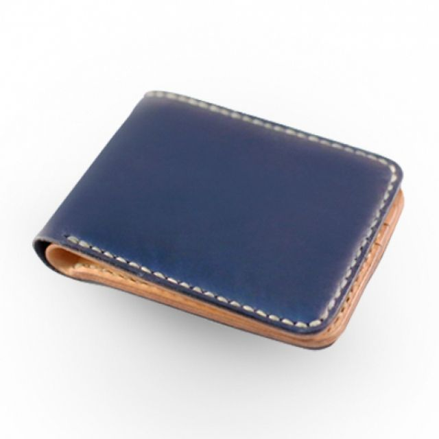 • Natural Vegetable Tanned Leather into Navy Blue Color (Exterior) • Natural Vegetable Tanned Leather (Interior) • Burnished Edge • Cow Tendon Thread • 3.7