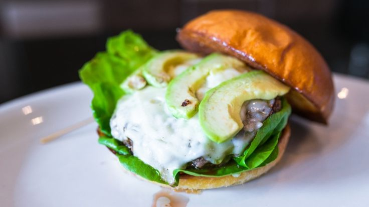 Hamburger con formaggio fuso carne e avocado, hamburger di Natale, ricetta top