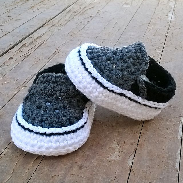 You will receive elaborated written PDF in ENGLISH and SPANISH for crocheting this original baby sneakers which remind us the modern Vans sneakers.