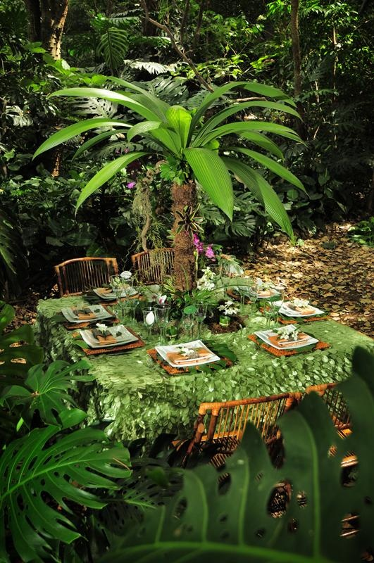 This gorgeous leaf taffeta overlay will give any table the feeling of being in a rainforest