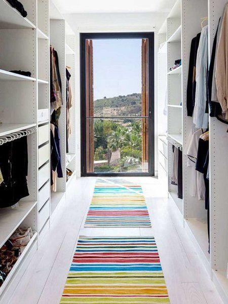En dos frentes: armarios abiertos y ventanal