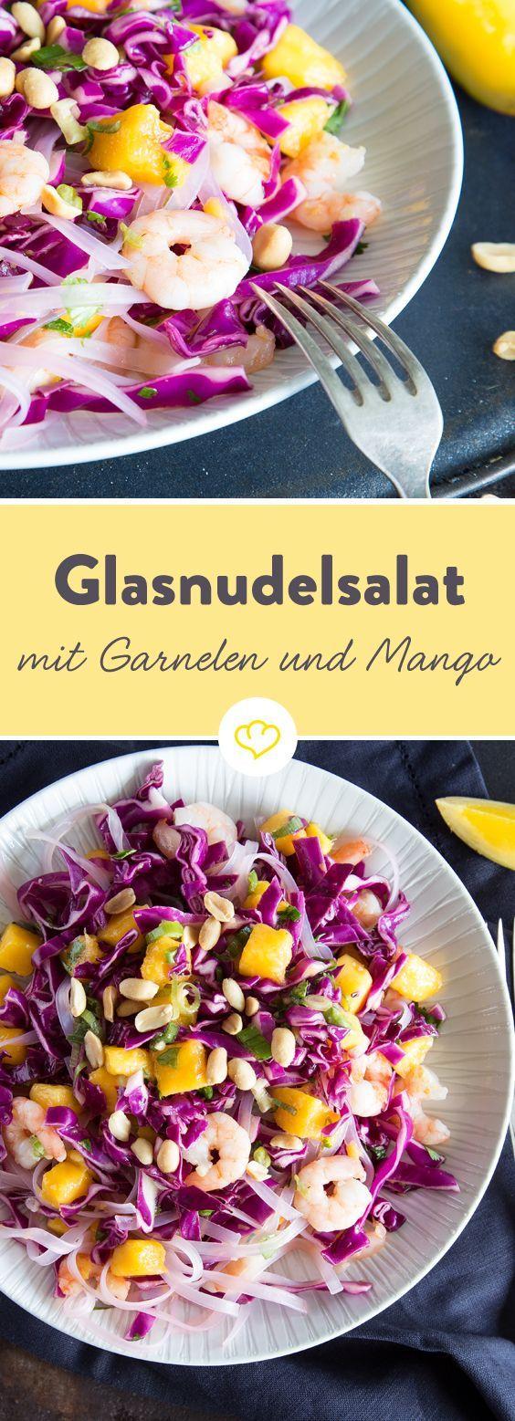 Glasnudelsalat mit Garnelen. Das Gelb von Mango, das Lila von Rotkraut und das Grün von Koriander und Lauchzwiebeln verwandeln sich auf deinem Teller mit Glasnudeln und Garnelen zu einem farbenfrohen Abendspaziergang im Sommer.