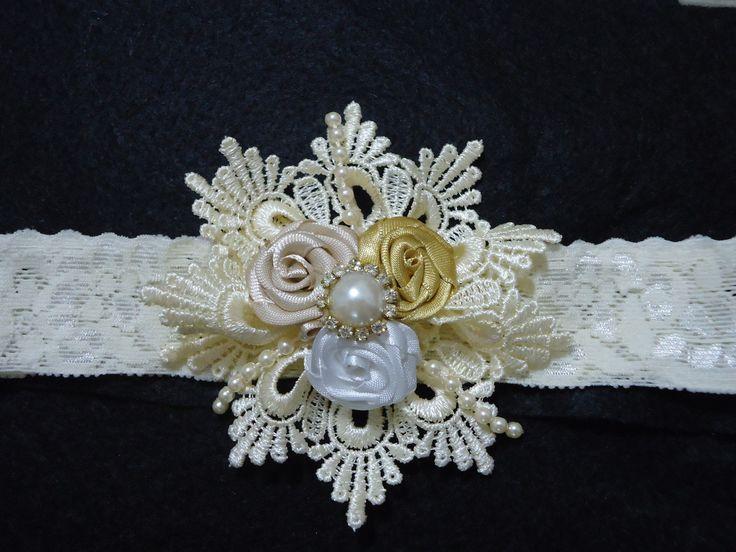 Tiara faixa em renda elástica pérola, com flor de renda com rosas pérola e estras.