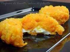 Le polpette di carote sono un antipasto leggero e facile, cotto in forno e arricchito con un ripieno filante.