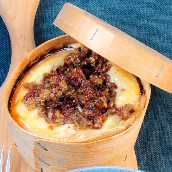 Er macht den Hüttenzauber absolut perfekt. Die Brotkruste mit getrockneten Cranberrys und Rosmarin setzt dem feinen Käse aus dem Ofen das i-Tüpfelchen...