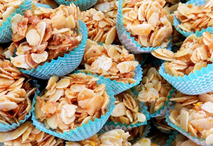 gesminus.Questo dolce di mandorle croccante, al profumo di limone e arancio, deriva il suo nome dal Gelsomino utilizzato anticamente per confezionare queste deliziose preparazioni, oggi sostituito con l'acqua di fiori d'arancio.