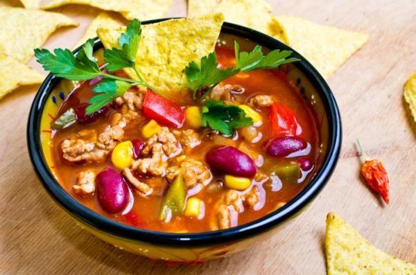 Мексиканский суп Чили Кон Карне  Чилли Кон Карне – известный во всем мире мексиканский суп. Если вы еще не пробовали его, то вы многое потеряли! Это же фейерверк вкуса! Фасоль, мясо, сладкая кукуруза, спелые помидоры и острый перец. Согревающий и очень сытный суп будет, как нельзя кстати, в холодное время года.  Вам потребуется: http://kladovochkasovetov.ru/retseptyi/meksikanskiy-sup-chili-kon-karne.html