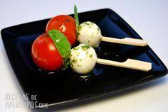 Las Brochetas Caprese con Tomates Cherry y Mozzarella son un aperitivo de lo más fresco y sano ideales para abrir el apetito. Mira que receta más fácil.