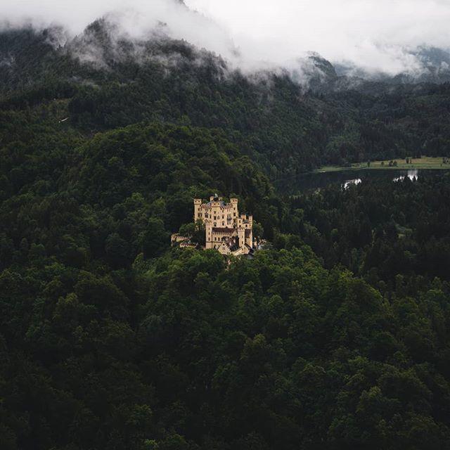 Hohenschwangau Castle Castle Schloss Hohenschwangau Neuschwanstein Schwangau Hohenschwangau Castle Castle Schloss Hohenschwa With Images Castle Hilltop