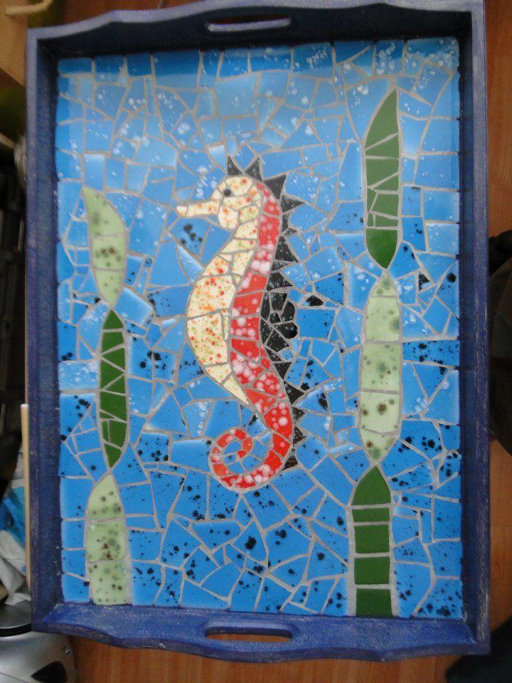 Bandeja con caballo de mar en mosaico
