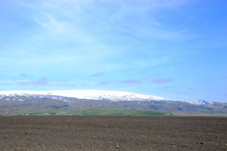 #day4 #Iceland #SólheimasandurPlaneWreck Сегодня место аварии DC-3 превратилось в одно из самых посещаемых мест в Исландии. Самолет спрятался за песчаным холмом и его не видно с дороги.