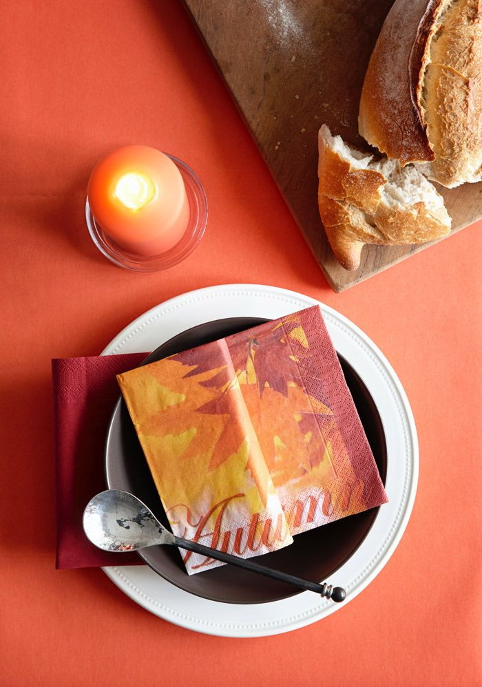 Bring that autumn feeling to your table with napkins and table covers in warm colors.  goodfoodmood for halloween
