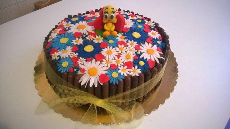 Titti tra i fiori (pasta di zucchero) su base di pan di spagna, con crema pasticcera, nutella e biscotti al cioccolato