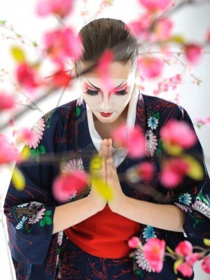 Artistico ritratto di donna geisha Giappone con make-up creativo vicino albero sakura in kimono Archivio Fotografico - 8872216