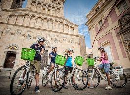 Besichtigen Sie die wunderschöne Stadt Cagliari auf dem Sattel der Easycletta, ein modernes elektrisches Fahrrad, mit dem man sich ohne grosse Mühe innerhalb der Inselhauptstadt fortbewegen kann. Die besonderen Sensoren erleichtern das Treten für eine angenehme und erholsame Spazierfahrt. Die umweltfreundliche und besonders geräuscharme Easycletta eignet sich besonders gut, um in das Stadtleben von Cagliari …
