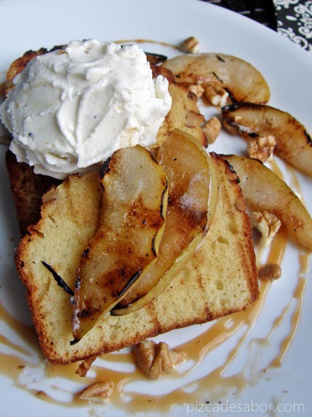 Peras asadas al Brandy con panque a la parrilla y helado de vainilla – www.pizcadesabor.com