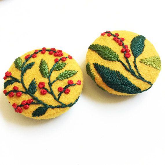 Boutons recouverts brodé à la main floral / brodé sur feutrine