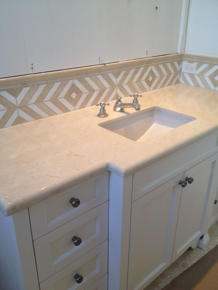 this bathroom features a maharaja stripe border in crema marfil and thassos marble with a crema - Bordre Bad Bilder
