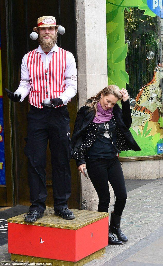 Pero Kate Moss tuvo que luchar contra el mal tiempo el jueves cuando visitó la tienda de juguetes Hamleys en Londres , manteniéndola casual en un aspecto totalmente negro.  La icónica supermodelo de 44 años vestía una acogedora chamarra negra y un conjunto de jeans ajustados mientras luchaba por controlar su cabello color caramelo con el viento.
