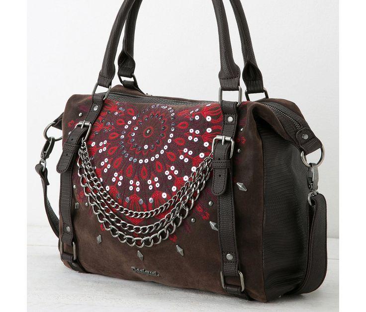 Desigual bolso MADRID SELFY Un nuevo patrón con un nuevo concepto, para este bolso práctico, con 3 bolsillos interiores y opción bandolera. Te encantará su tacto y su diseño de polipiel con detalles metálicos y cadenas. Mide 31,5x16x32cm.